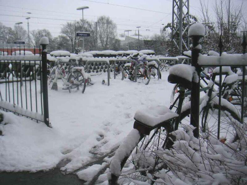 Fahrradständer am Bahnhof im Schnee - hier noch ohne Überdachung