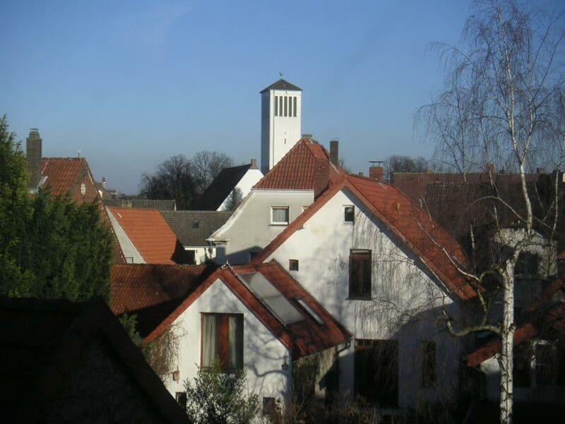 Zwischen den Giebeln und Dächern die Kirche am Sedanplatz - Ev.-lutherische Kirchengemeinde Lage