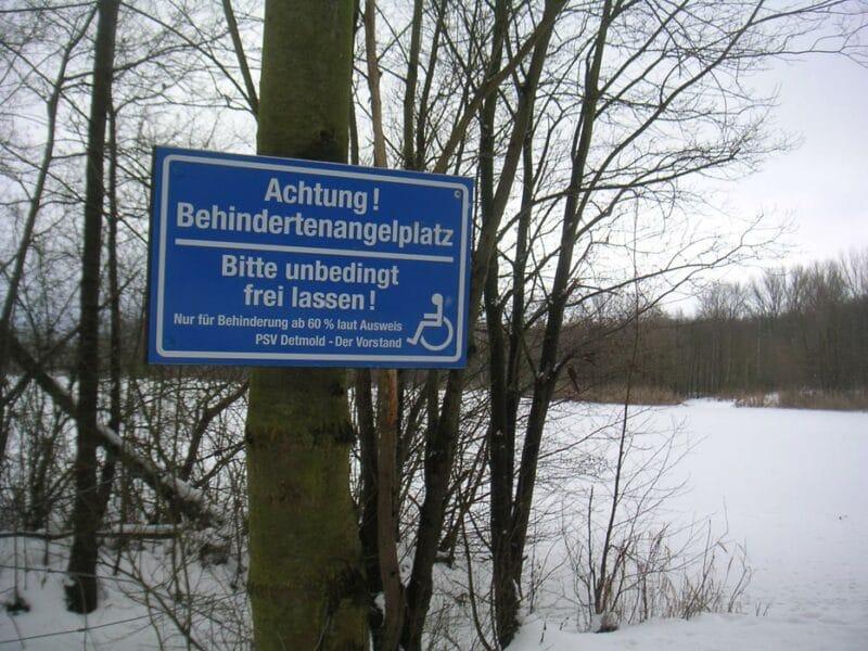 Behindertenfreundliches Schild an einem Angelgewässer, hier Baggersee in Waddenhausen, das Plätze für Behinderte frei hält