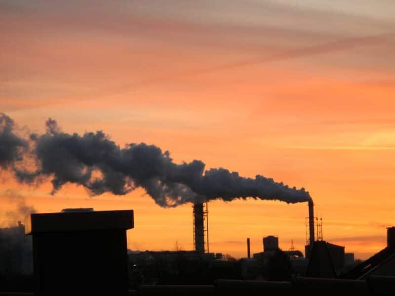 Zuckersüßer Morgen in unserer Stadt- Wasserdampf quillt in großen Mengen aus dem Schornstein der Zuckerfabrik - alles bei Sonnenaufgang