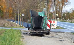 Teermaschine beim Radwegbau