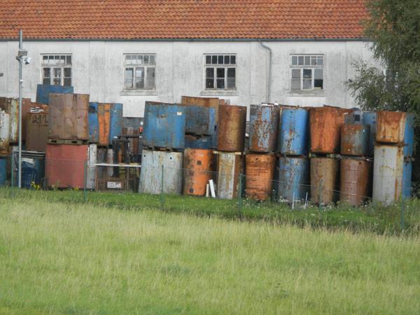 Alte Fässer an einem Industriebetrieb