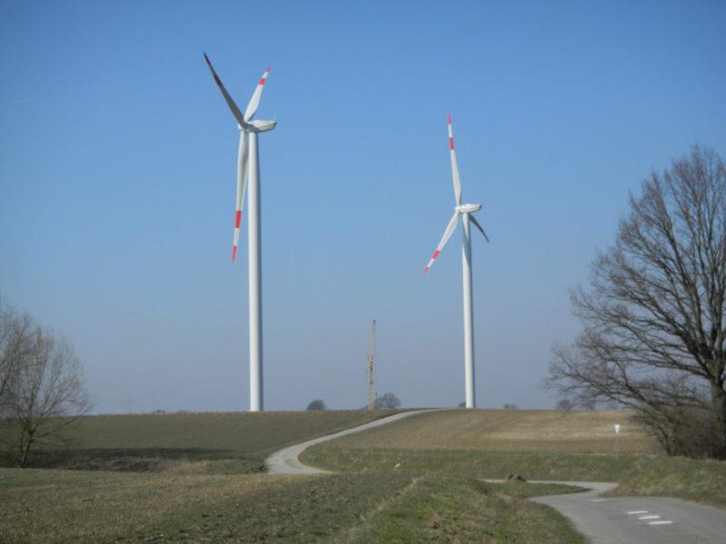 Zwei fertige Windräder