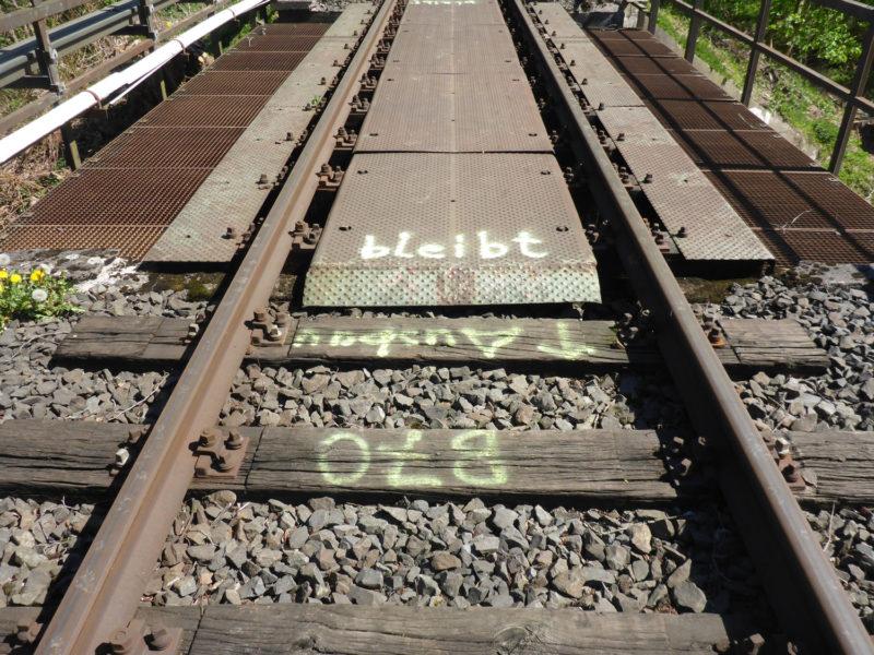 Gleise auf der Bahnbrücke Friedrich-Petri-Straße mit Beschriftung