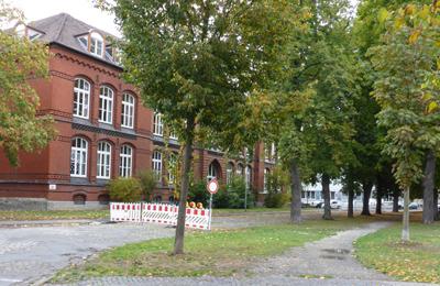 Straßenabschnitt vor der Schule
