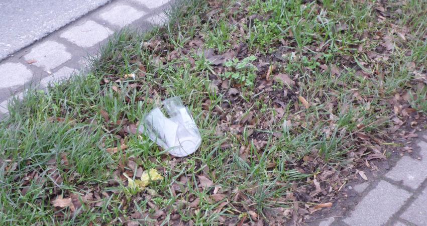 Plastikbecher am Straßenrand