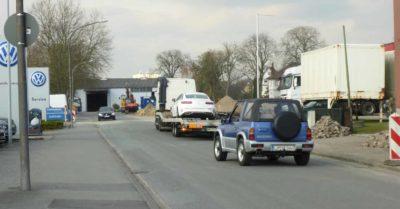 Verkehr in der Gasstraße durch Entladen von Autotranportern beeinträchtigt