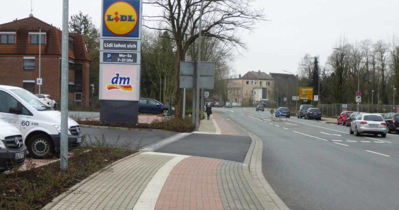 Radweg an der Parkplatzeinfahrt Lidl