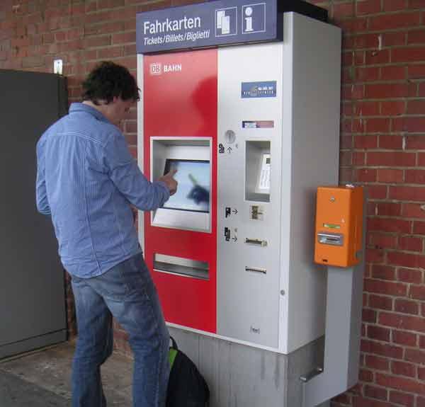 Fahrkartenautomat am Bahnhof Lage