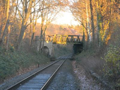 Mit dieser Brücke, nähe Schötmarscher Straße, kreuzen sich die beiden Bahnlinien. Sie muß saniert werden.