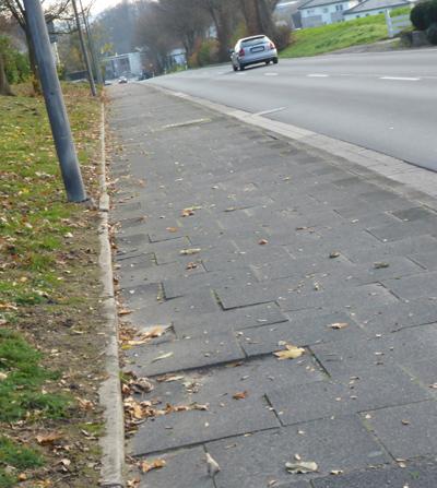 Abgesackte Gehwegplatten an der Ehlenbrucher Straße