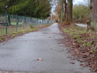 Pottenhauser Straße: Bestehender Radweg auf dem Stück am Reitplatz, Richtung Bahnbrücke