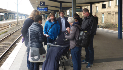 Bahnhof Bielefeld Ein Mitglied des Behindertenbeirates erläutet die Problematik der falsch verlegten Fliesen