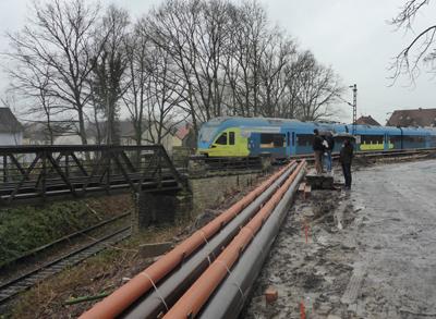 Der Zug aus Herford erreicht gerade das Brückenbauwerk