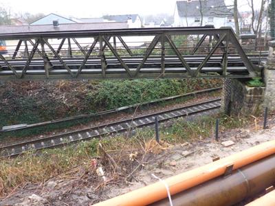 Kreuzung der Eisenbahnlinien - Die Brücke tut ihre Dienste seit dem Jahre 1903