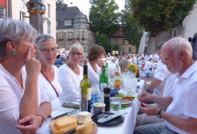 Der Tisch der Grünen beim 'Dinner in White' auf dem Marktplatz in Lage