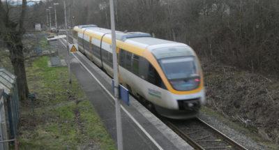 Zug der Eurobahn hält am Bahnhof Ehlenbruch