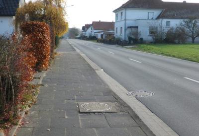 Unebene Kanaldeckelanschlüsse und insgesamt eine unsichere Situation für Radfahrer