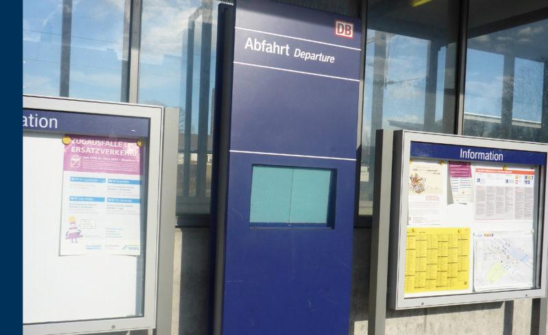 Defektes Display am Bahnhof Lage