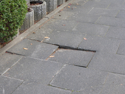 Schadhafter Bürgersteig - Ehlenbrucher Straße