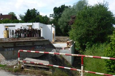 Gewässerverbau - Betonwand im Bach