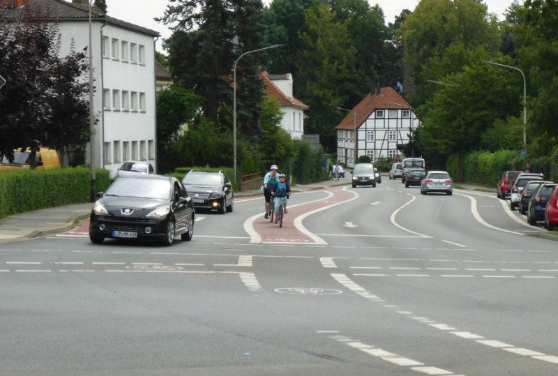 Fahrbahnkennzeichnung für RadfahrerInnen  Hier ein Beispiel aus Lemgo