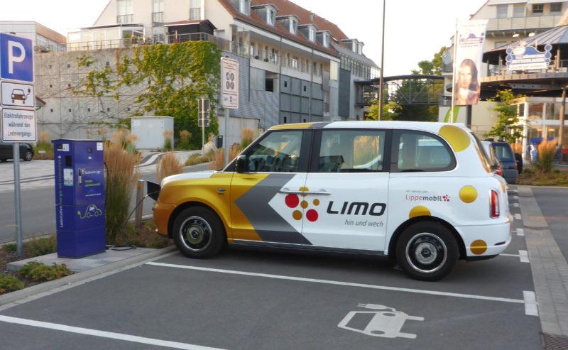 E-Fahrzeug wird in Lage aufgeladen - Dies wird für On-Demand-Verkehr eingesetzt