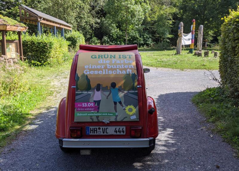 Ente (Fahrzeug) mit Plakat