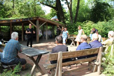Arndt Klocke informiert sich im Umweltzentrum Heerser Mühle