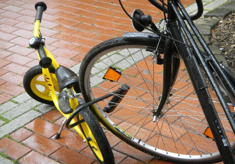 Kleines Fahrrad mit dickem Schloss gut gesichert