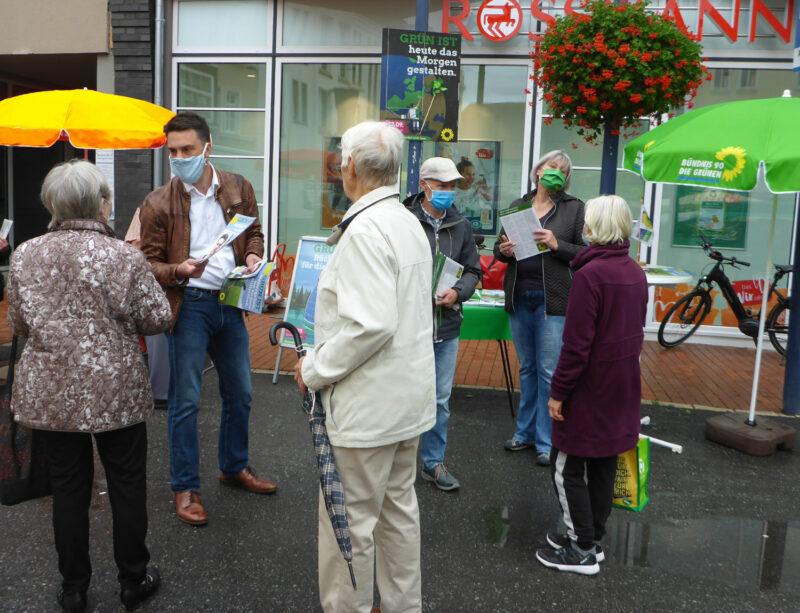 Wahlstand der Grünen Lage mit Landratskandidat Robin Wagener