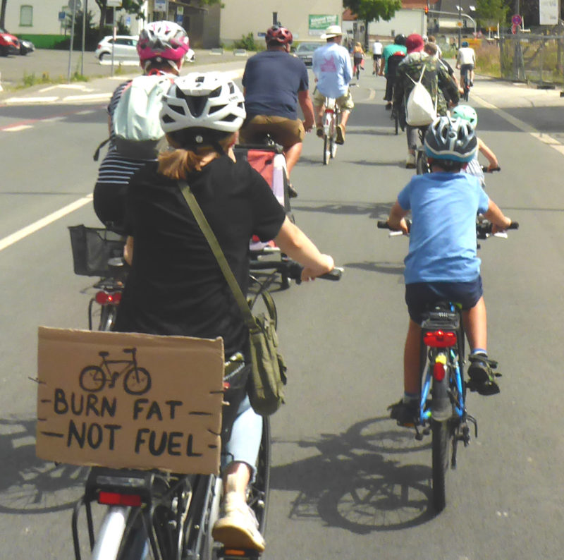 Fahrräder mit Schild 'Burn fat not fuel'