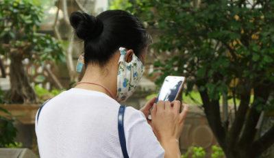 Frau mit Mund-Nase-Bedeckung