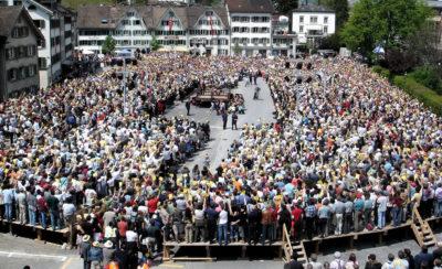 Direkte Demokratie - Abstimmung in einem Ort in der Schweiz (Landgemeinde Glarus)