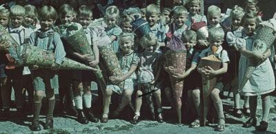 Kinder mit Schultüten zum Schulstart früher