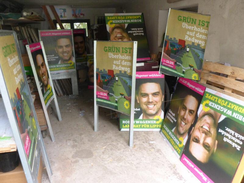 Plakate werden geklebt