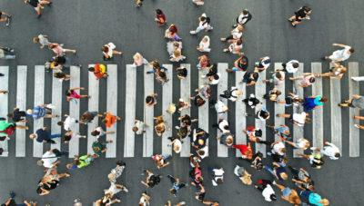 Menschen auf einem Zebrastreifen