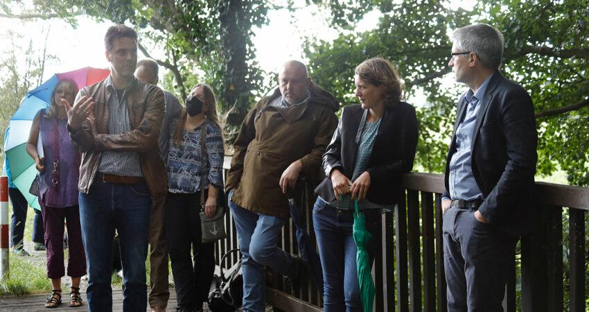 Besuchergruppe mit Robin Wagener und dem Europaabgeordneten Sven Giegold im Naturschutzgebiet in Jerxen-Orbke