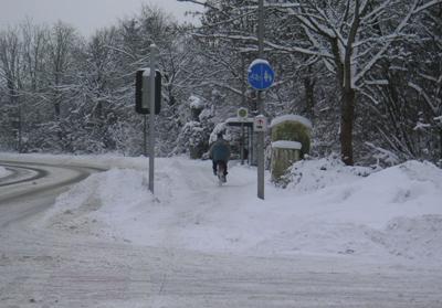 Radfahrer auf der Staufenbergstraße im tiefen Schnee