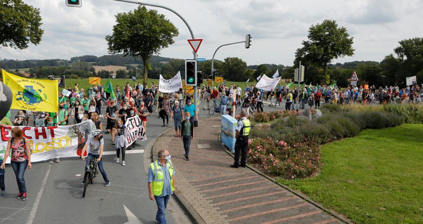Demonstration auf der B239 in Jerxen gegen Flächenverbrauch