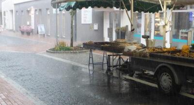 Marktstand in der Lagenser Innenstadt im starken Regen