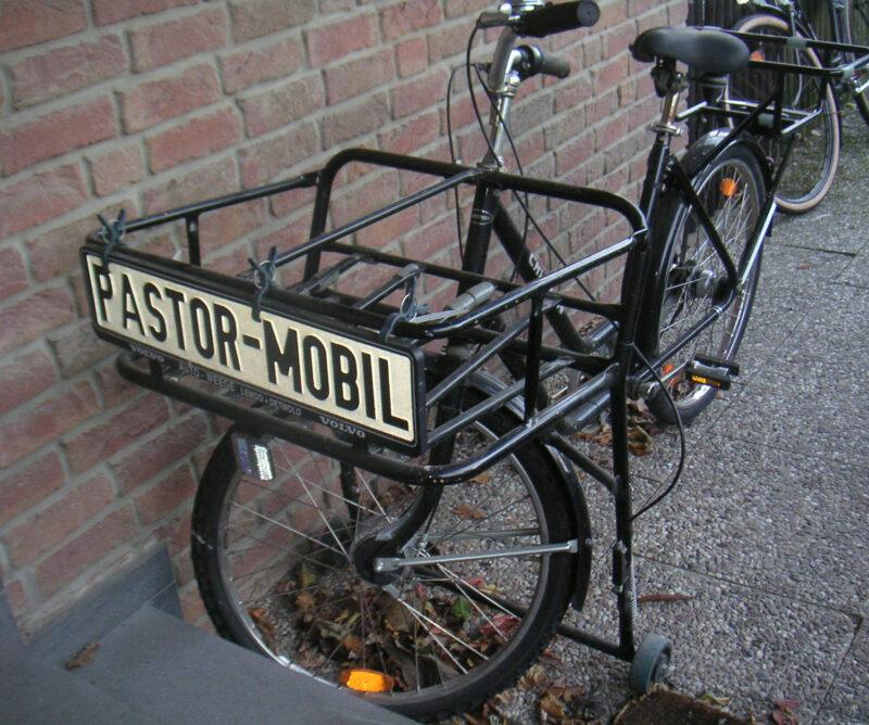 Fahrradkorb mit Aufschrift 'Pastormobil'