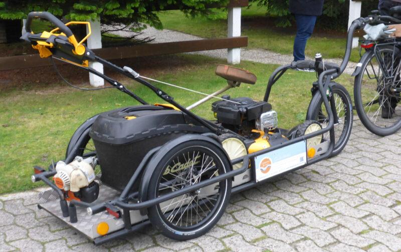Langer Fahrradanhänger für Lastentransport mit Rasenmäher