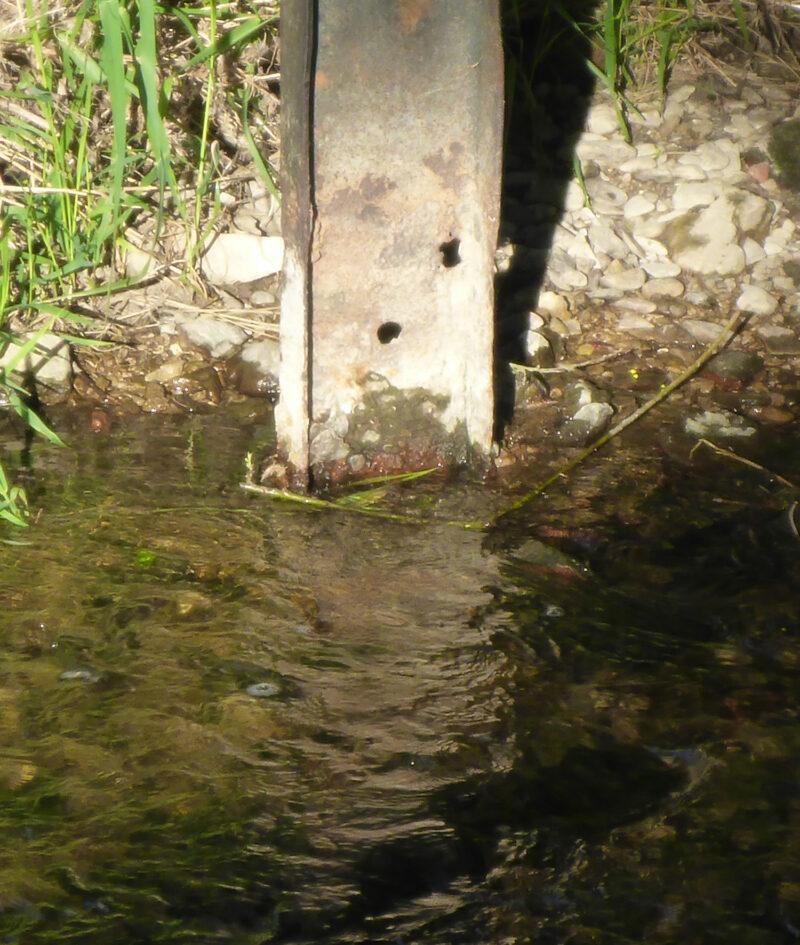 Beschädigter Brückenpfeiler - Brücke über den Umfluter zum Freibad Lage