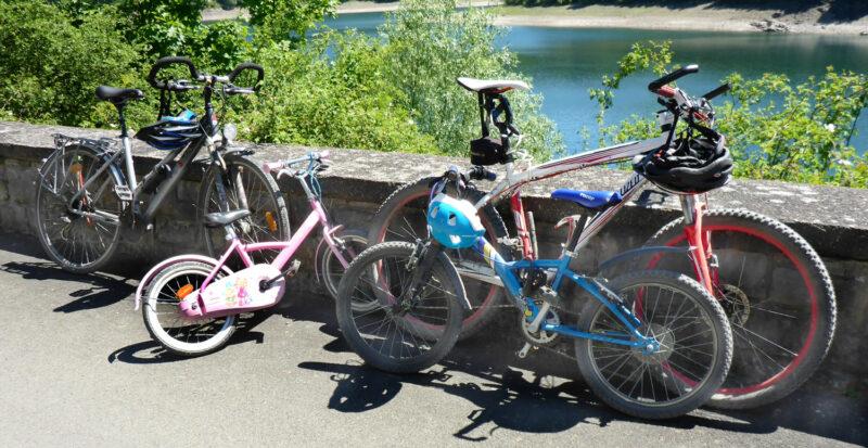 Vier Fahrräder - Familie macht Pause