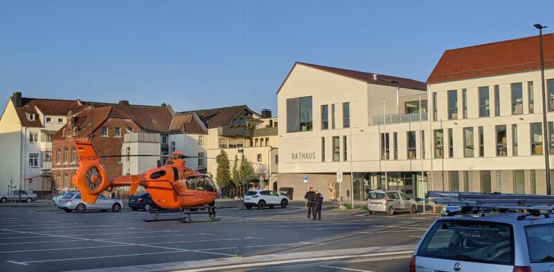 Ein Hubschrauber steht auf dem Parkplatz 'Drawen Hof' vor dem Rathaus Lage