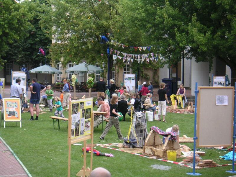 Kinder-Spiel-Aktion auf dem Marktplatz in Lage