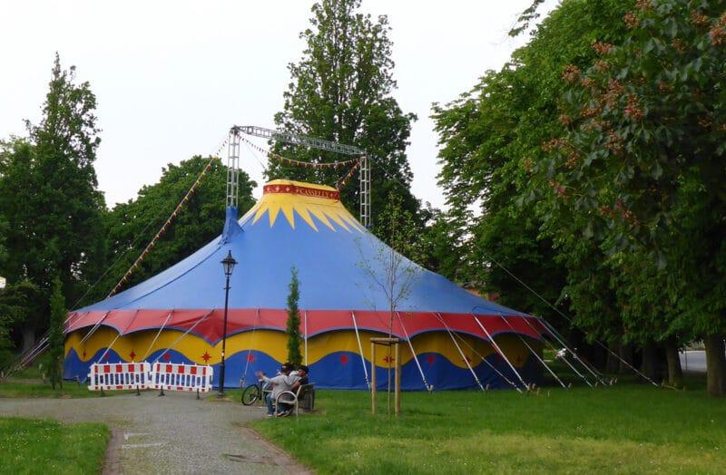 Zirkuszelt auf dem Sedanplatz - Schulprojekt der Grundschule