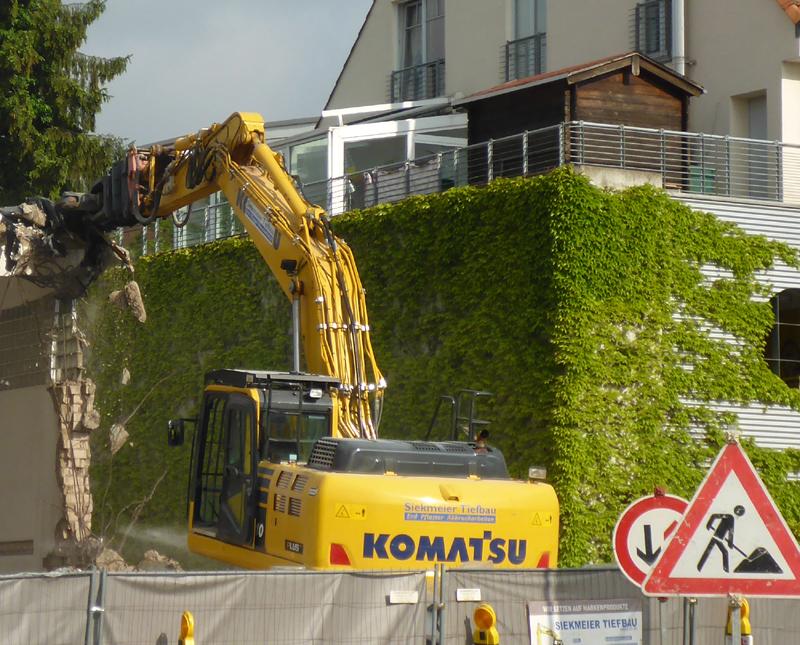 Bagger reißt Trafostation am City-Centerparkplatz ab - Heute 'Am Drawen Hof'