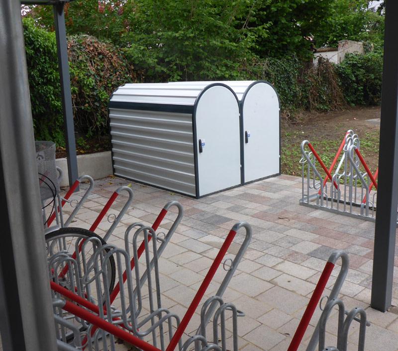 Fahrradboxen für die E-Bikes der Stadtverwaltung / Fahrradständer hinter dem neuen Rathaus